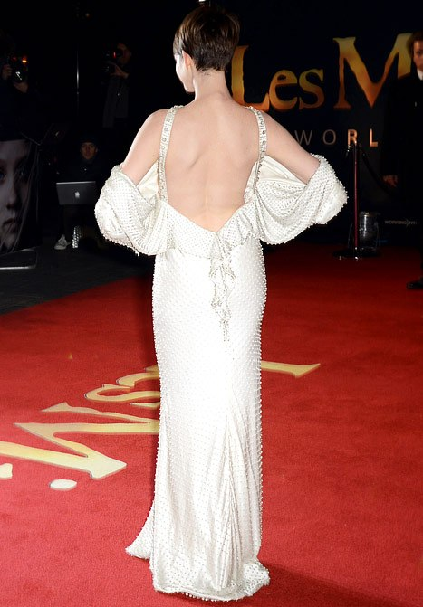 anne-hathaway-sexy-backless-on-lesmis-red-carpet